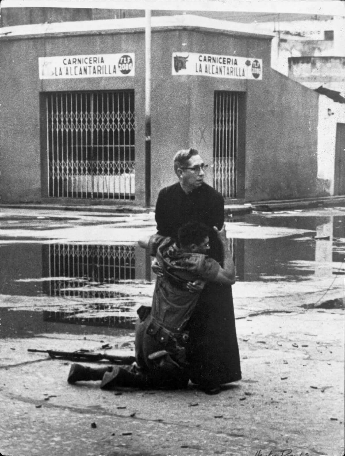 Священник Луис Падильо и раненый солдат во время восстания в Венесуэле, 1962. Фотограф Эктор Рондон Ловера