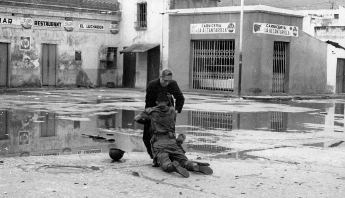Священник Луис Падильо и раненый солдат – история знаменитой фотографии Помощь падре