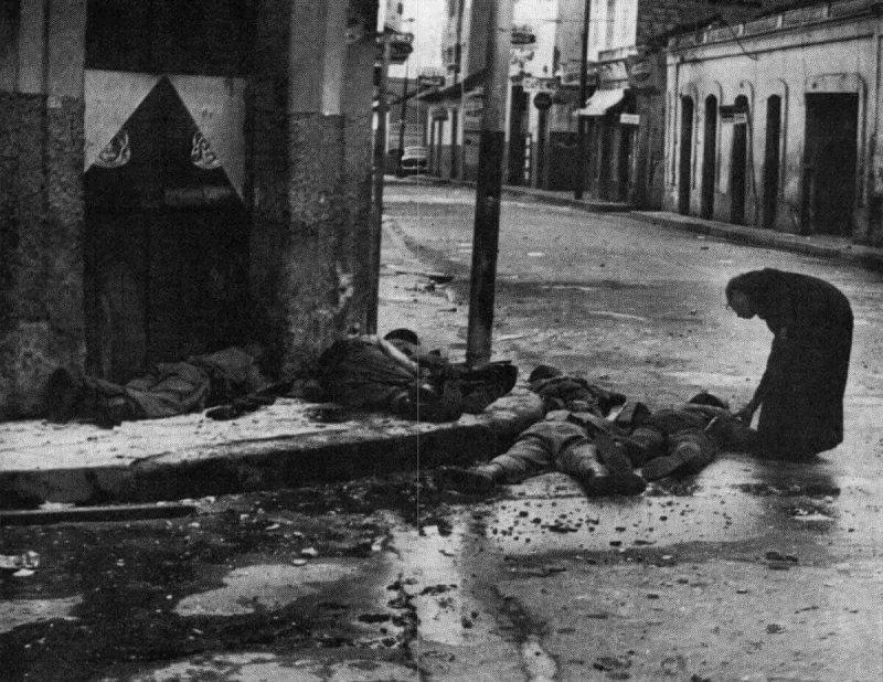 Священник Луис Падильо и раненый солдат, 1963 год