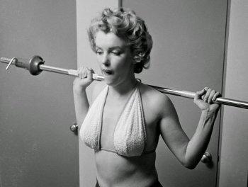 Знаменитые фотографии Мэрилин Монро – актриса на тренировке в спортзале