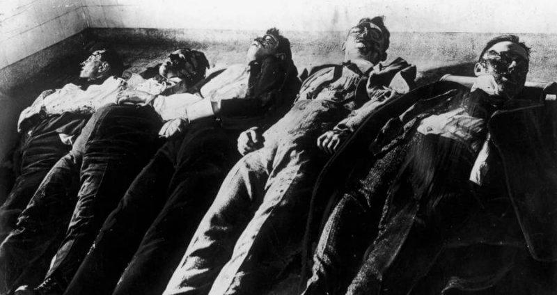 Трупы убитых во время бойни в день Святого Валентина