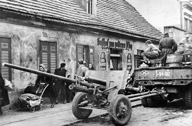 Берлин 1945 года — фото руин города и повседневной жизни после окончания Второй Мировой войны