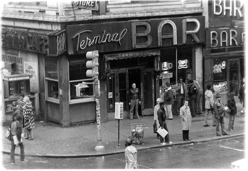 Проститутки, сутенеры и бездомные Нью-Йорка 70-х годов глазами бармена Шелдона Надельмана
