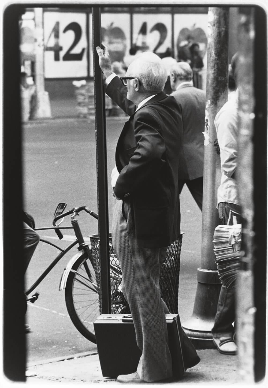 Старый мужчина на улице Нью-Йорка