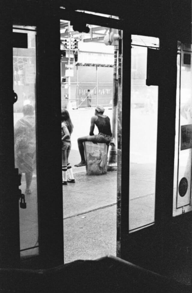 Вид на улица через закрытую дверь бара