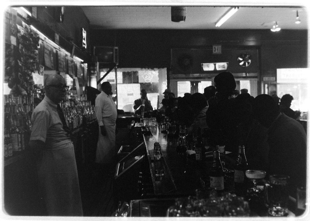 Полный посетителей бар