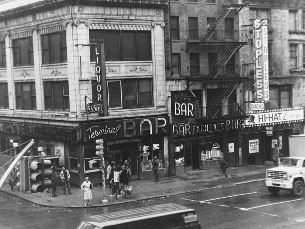 Вид на бар с соседнего здания